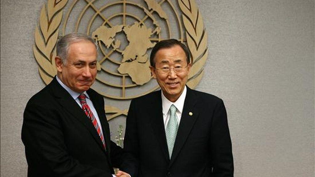 El primer ministro israelí, Benjamín Netanyahu, (i), se reúne con el secretario general de las Naciones Unidas, Ban Ki-moon (d), en la sede del organismo en Nueva York (EEUU). EFE