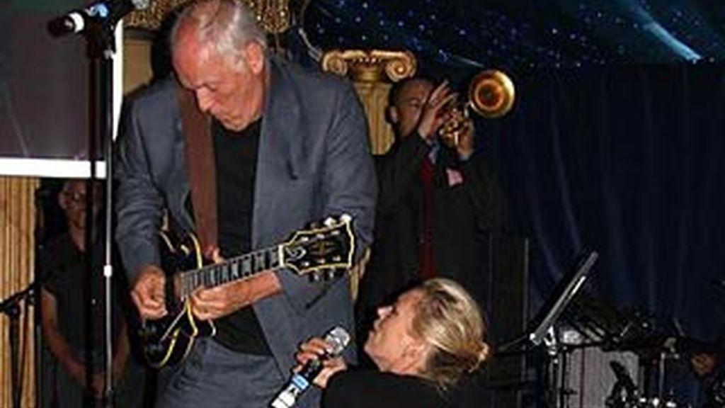 Kate Moss, de rodillas ante el mítico David Gilmour en el dúo que les llevó a conseguir 50.000 euros para beneficencia. Foto: The Telegraph