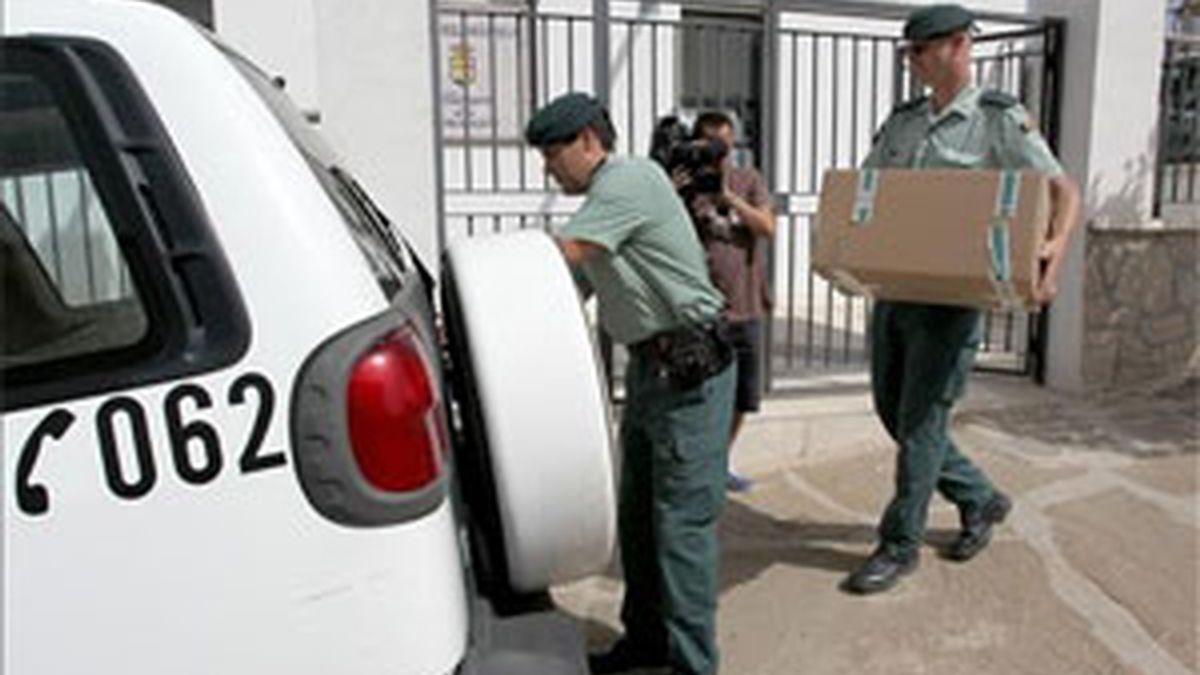Agentes de la Guardia Civil practican un registro en el Ayuntamiento de Villanueva de la Concepción (Málaga). Foto: EFE.