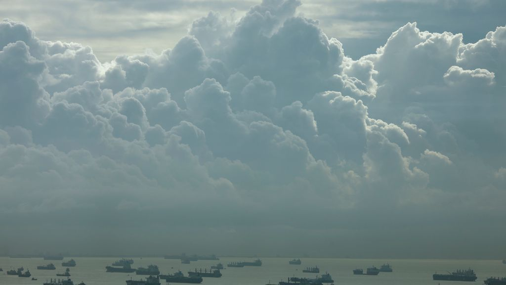 Las nubes copan la costa en Singapur