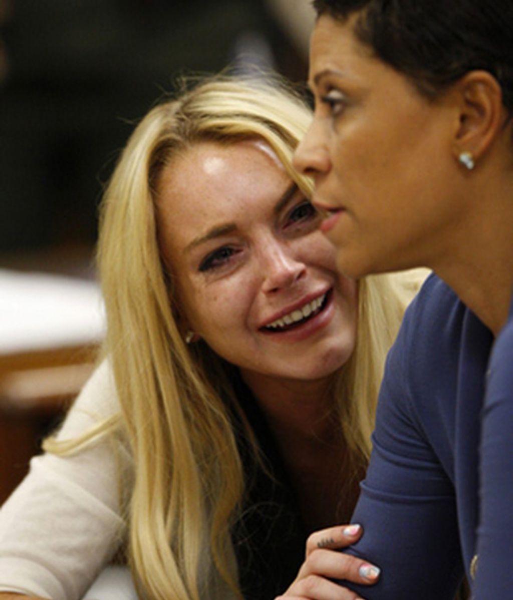 Lindsay Lohan junto a la abogada Shawn Chapman Holley, después de escuchar la sentencia. Foto EFE