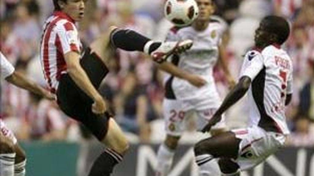 El delantero del Athletic de Bilbao, David López (i), lucha el balón con el francés Michael Pereira, centrocampista del RCD Mallorca, durante el partido, correspondiente a la cuarta jornada de Liga en Bilbao. EFE