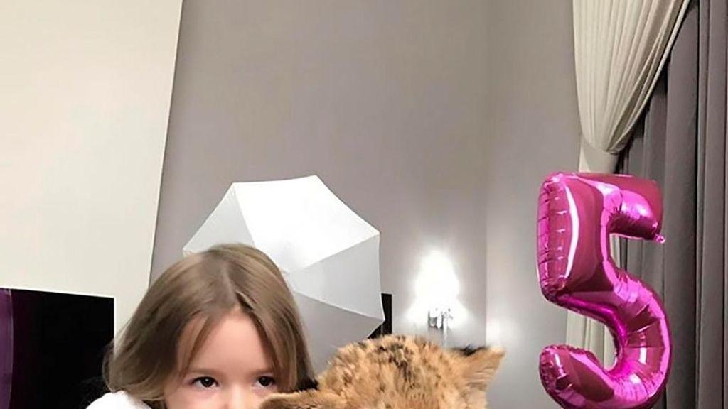Regala león a su hija