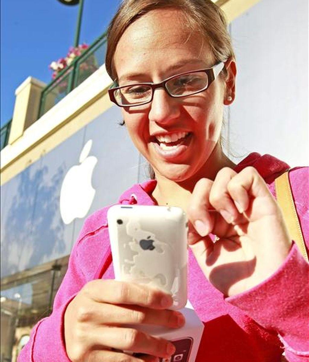 El iPhone 3G S, la última versión del móvil de Apple, sale a la venta en ocho países y es más rápido que sus predecesores con novedades como cámara de vídeo y la ansiada función de cortar y pegar. EFE