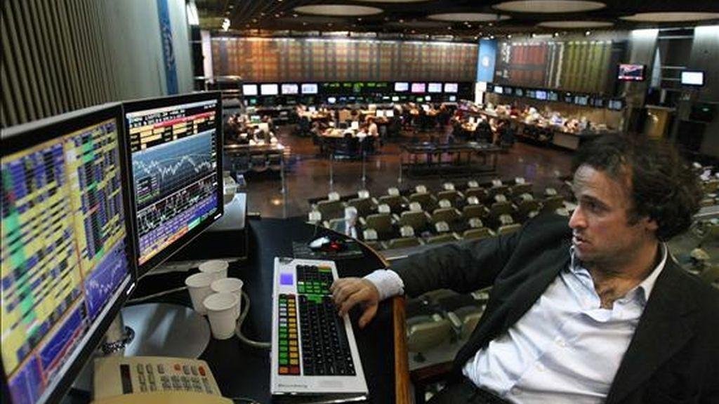 Al concluir la jornada, el Índice General de la Bolsa se ubicó en los 64.440,75 puntos, con una merma del 2,90 por ciento, en tanto que el Merval 25 retrocedió el 2,82 por ciento, hasta los 1.126,97 enteros. EFE/Archivo