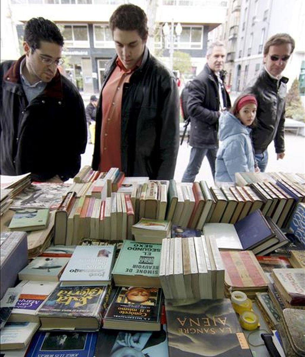 Varias personas observan algunos libros durante la inauguración de la trigésima Feria del Libro Antiguo y Ocasión de Castilla y León hoy en Valladolid. EFE