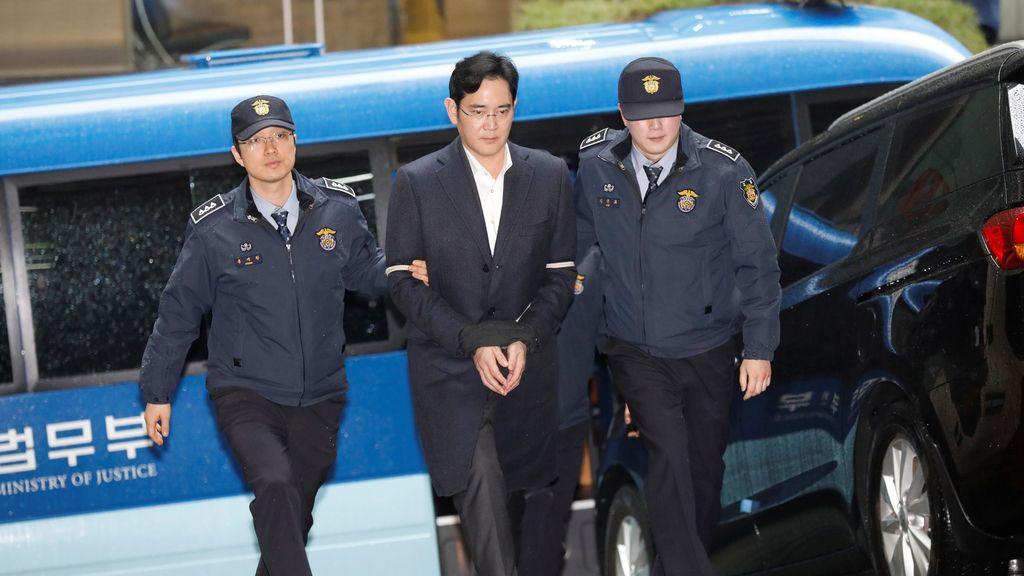 El vicepresidente de Samsung, esposado visita a sus abogados