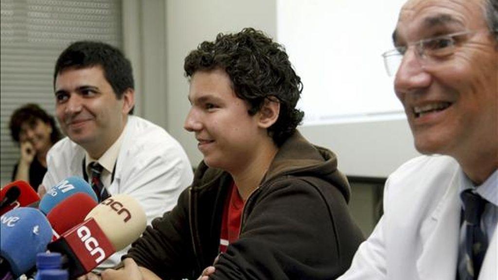Los doctores Joan Pere Barret (i) y Vicenç Martinez Iañez, durante la rueda de prensa que ofrecieron hoy para explicar las operaciones con células madre para reconstruir la cara de dos niños de 13 años (en la imagen, Jaume, de 13 años) que sufrían graves deformaciones. EFE