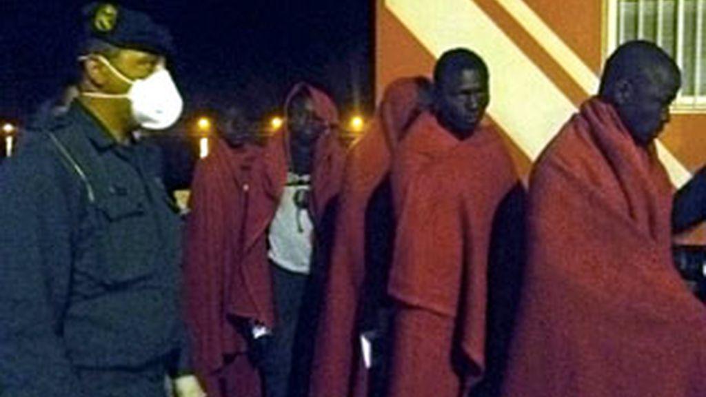 Imágen de los 30 inmigrantes a su llegada al puerto de Motril. Foto: EFE.
