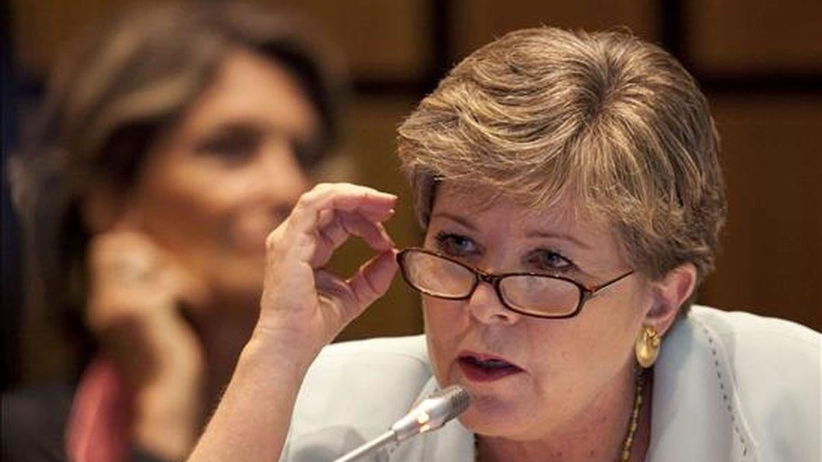 """La secretaria ejecutiva de la Comisión Económica para América Latina y el Caribe (Cepal) Alicia Bárcena habla este 13 de diciembre durante la presentación del """"Balance preliminar de las economías de la región en 2010"""". EFE"""