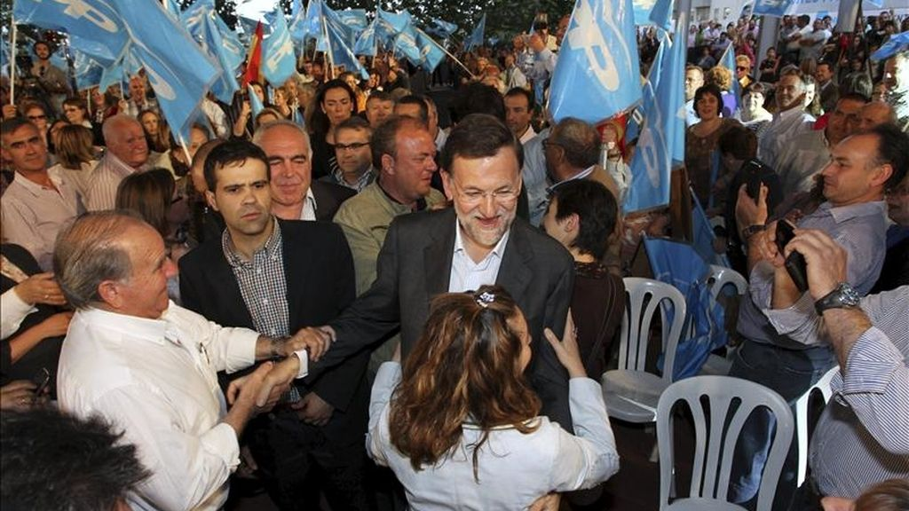 El presidente del Partido Popular, Mariano Rajoy (c), saluda a varios simpatizantes a su llegada al acto político que el partido ha celebrado hoy en Mérida, de cara a las elecciones del próximo 22 de mayo. EFE