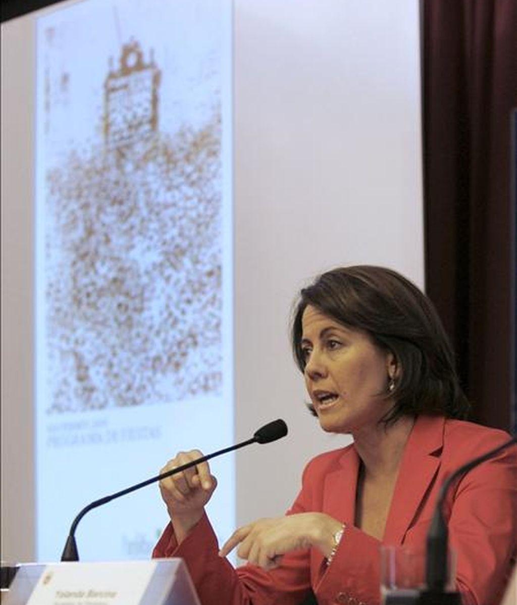 La alcaldesa de Pamplona, Yolanda Barcina, durante la rueda de prensa que ofreció hoy, para da a conocer el programa de los próximos Sanfermines. EFE