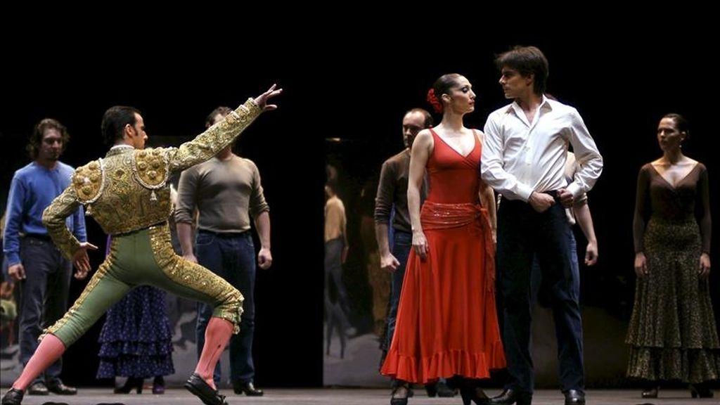 """Fotografía facilitada por el Teatro Real, que muestra a Jairo Rodríguez (i), como torero, Vanesa Vento, en el papel de Carmen, y Ángel Gil (d), interpretando a don José, en un momento del ensayo del ballet """"Carmen"""" de Antonio Gades. Ciento veinte cines de todo el mundo, entre ellos 50 de España, recibirán el día 9 la señal en directo desde el Teatro Real de la representación de """"Bodas de sangre-Suite flamenca"""", uno de los tres espectáculos con los que el coliseo madrileño homenajea a Antonio Gades por su 75 cumpleaños. EFE"""