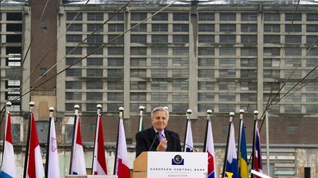 El presidente del Banco Central Europeo, Jean-Claude Trichet, (C), ofrece unas palabras frente a las obras de construcción de la nueva sede del Banco Central Europeo, en Fráncfort Main, (Alemania). EFE/Archivo
