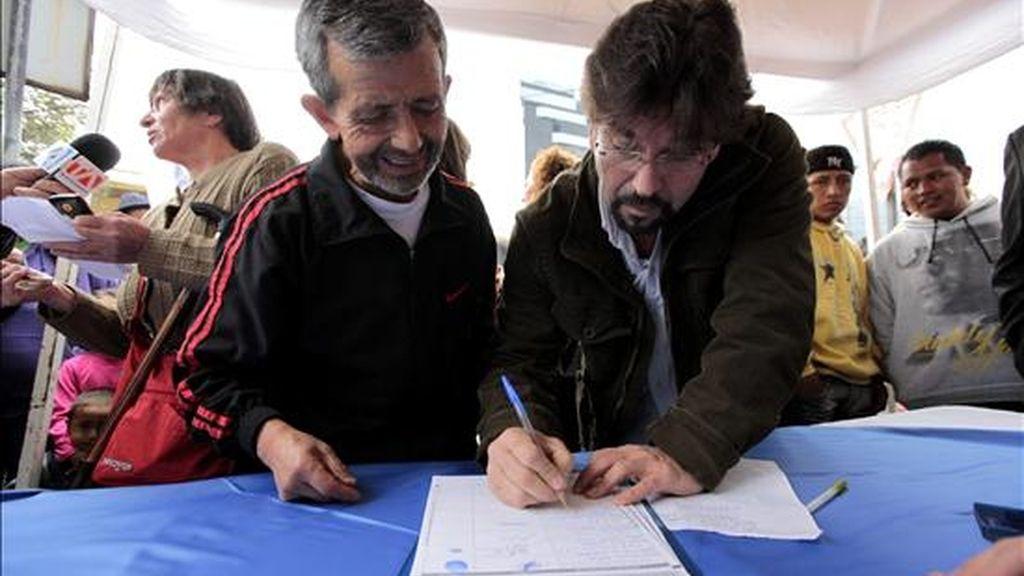 El activista político y ex entrevistador de televisión Carlos Vera (d) comenzó el proceso de recolección de firmas con el fin de convocar una consulta popular para revocar el mandato del presidente Rafael Correa en Quito (Ecuador). EFE