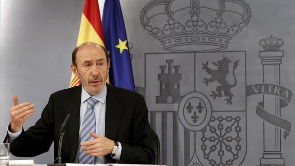 El vicepresidente primero, portavoz del Gobierno y Ministro del Interior, Alfredo Pérez Rubalcaba, durante la rueda de prensa que ha ofrecido este mediodía, tras la reunión del Consejo de Ministros. EFE