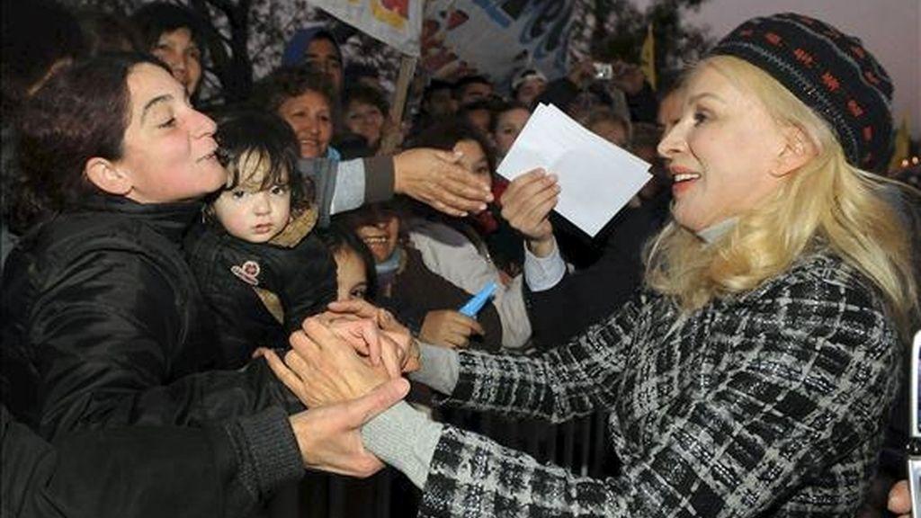 La candidata a diputada nacional por el Partido Justicialista Clotilde Acosta, alias artístico Nacha Guevara (d) saluda al público durante un acto proselitista en la localidad Florencio Varela, al sur de la ciudad de Buenos Aires. EFE