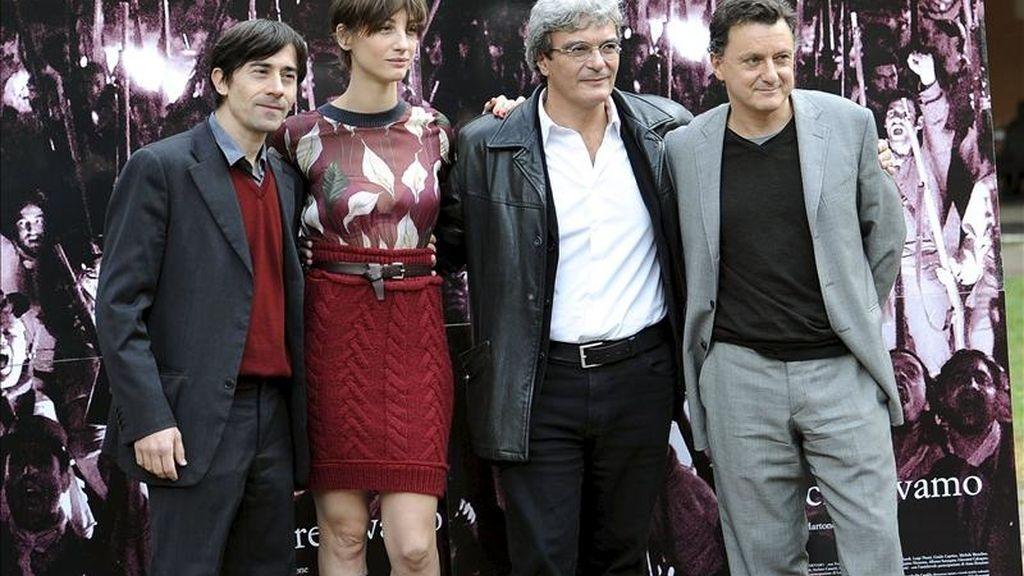 Los actores italianos Francesca Inaudi (2-i), Luigi Lo Cascio (i), Valerio Binasco (d) y el director italiano Mario Martone (2-d), durante el pase gráfico de la cinta 'Noi Credevamo', en Roma, Italia. EFE/Archivo