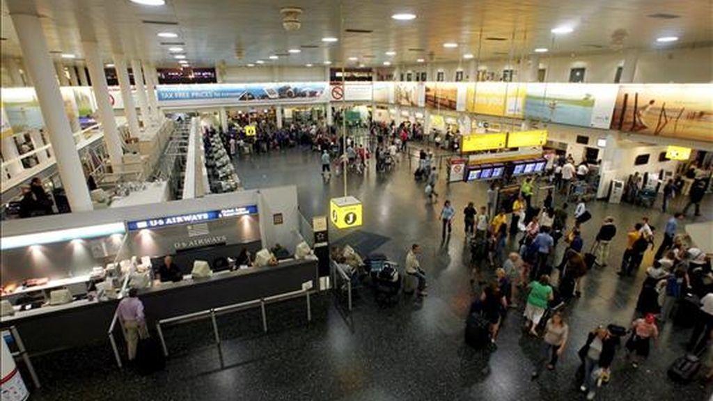 Fotografía de archivo con fecha del 11 de agosto que muestra a un grupo de pasajeros en el aeropuerto de Gatwick, al sur del Reino Unido. EFE/Archivo