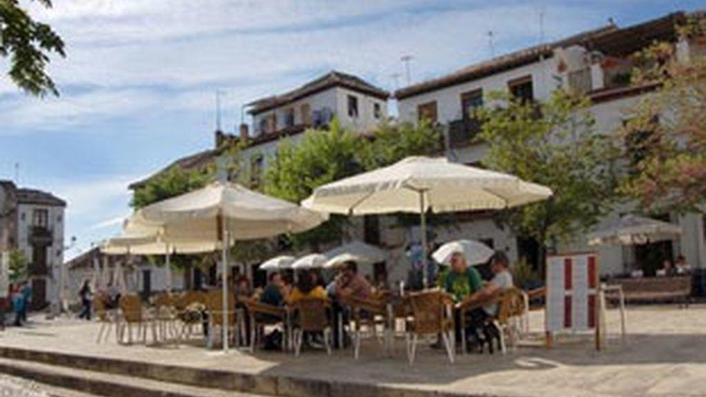 Turistas disfrutan en una terraza de bar cercana al Mirador de San Nicolás en el barrio granadino del Albaicín. FOTO: EFE/Archivo