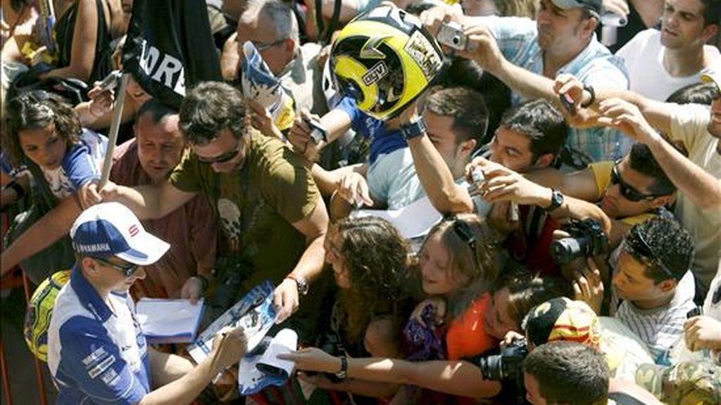 El piloto español de MotoGP Jorge Lorenzo (Fiat-Yamaha) firma autógrafos a sus fans durante la jornada de puertas abiertas en el Circuito de Montmeló (Barcelona), donde el próximo domingo se celebra el Gran Premio de Catalunya de motociclismo. EFE
