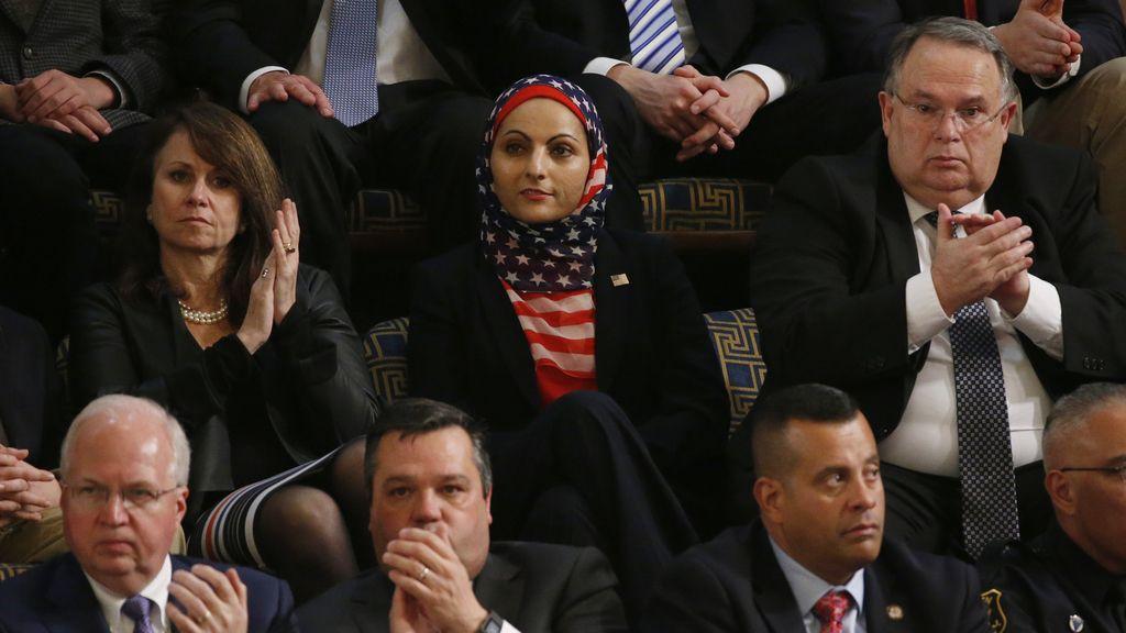 La hiyab con la bandera norteamericana en el Congreso de EEUU