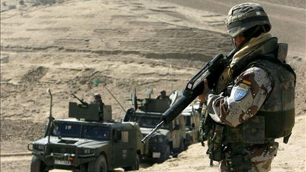 Soldados españoles vigilan desde las alturas que rodean la base de Qali-e-Naw. EFE/Archivo