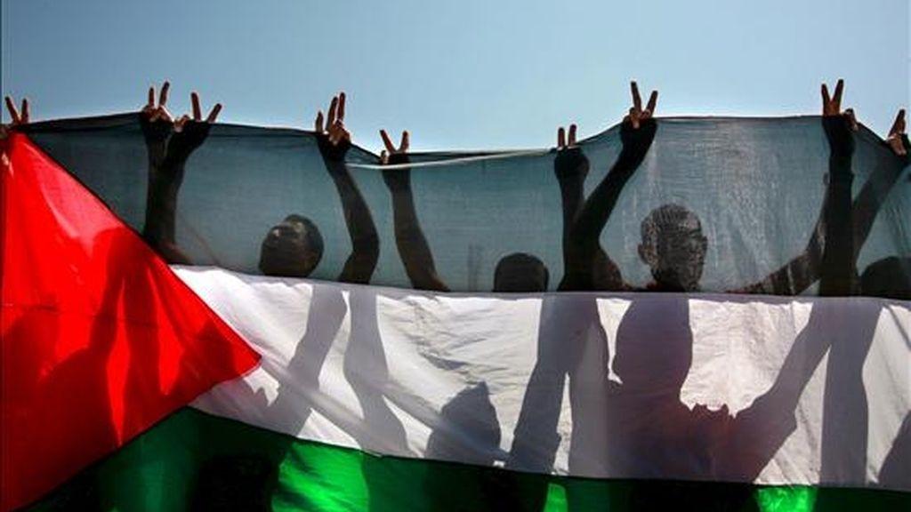 Palestinos despliegan su bandera durante una protesta contra el bloqueo israelí sobre Gaza, en el paso de Erez, al norte de Beit Hanun, en la franja de Gaza, el pasado 9 de junio. EFE