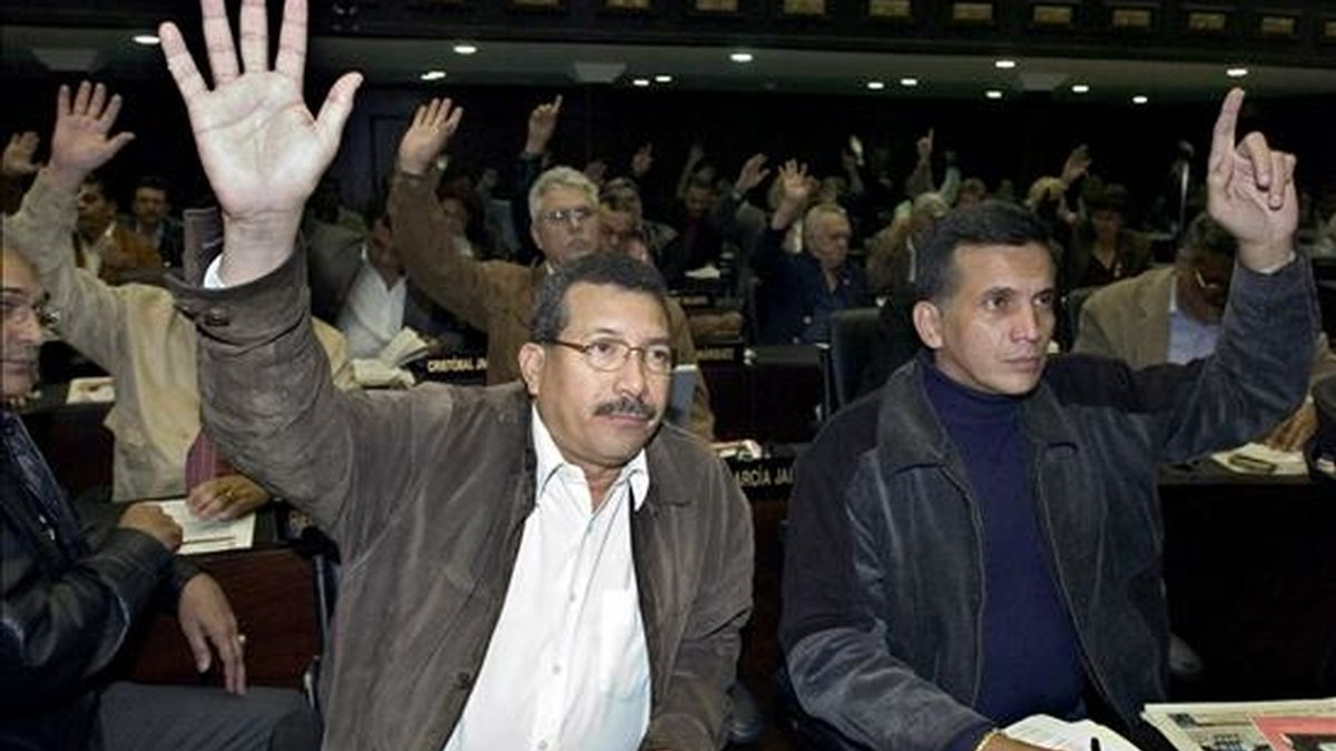 """La ley abre el camino a la evaluación de posibles convenios en las materias de """"energías renovables y programas de eficiencia energética"""". En la imagen otra votación en la Asamblea Nacional (AN) venezolana. EFE/Archivo"""