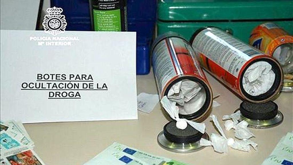 Fotografía facilitada por la Policía Nacional de dos de los aerosoles de pintura, previamente manipulados, en cuyo interior ocultaba sustancias estupefacientes, principalmente cocaína, un grupo dedicado al tráfico de droga en la provincia de Alicante. Las 15 personas que formaban este grupo han sido detenidas como presuntos traficantes. EFE