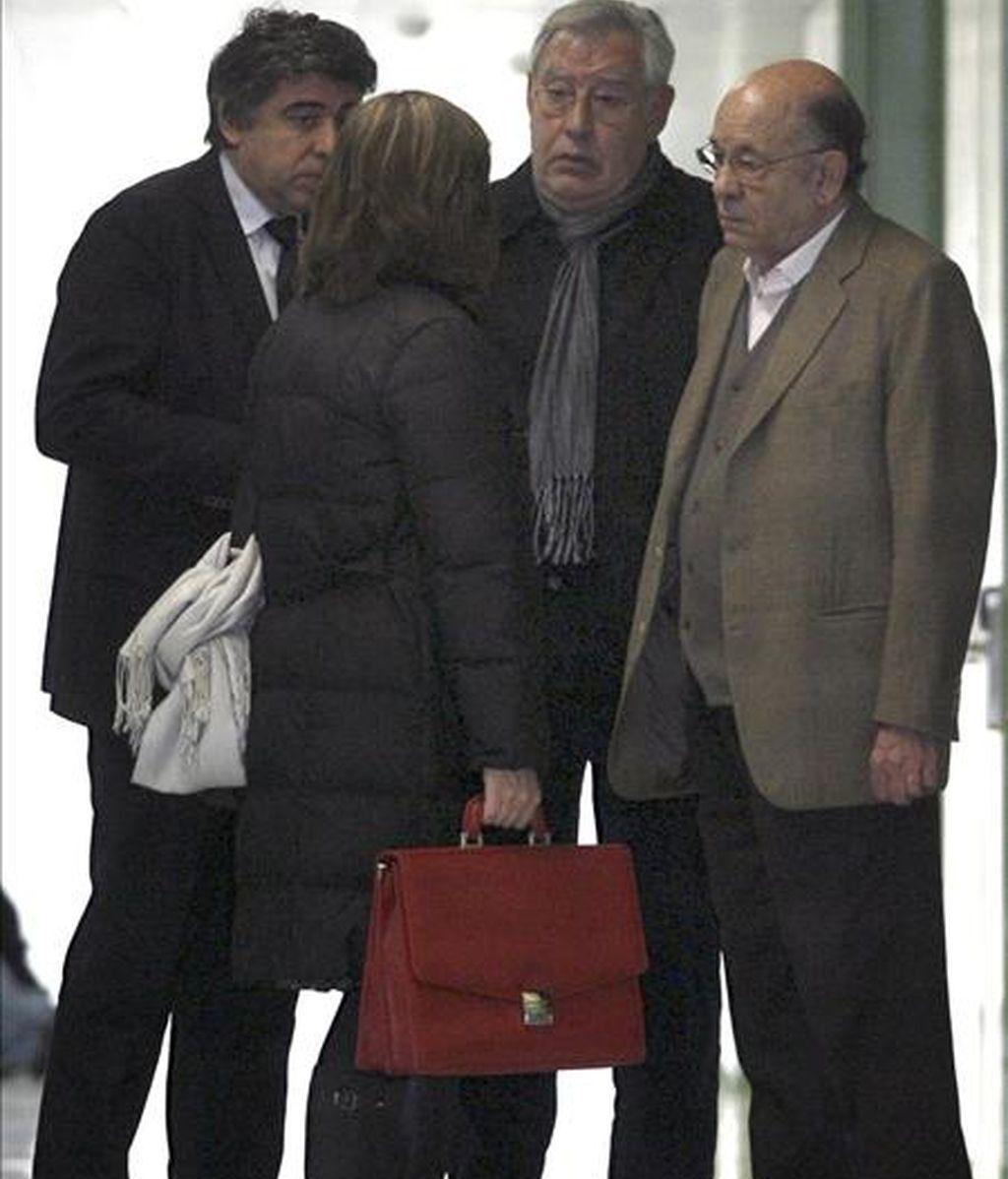 Los saqueadores confesos del Palau de la Música Fèlix Millet (d ) y Jordi Montull (2ºd), acompañados de sus respectivos abogados, Mireia Astor y Jordi Pina (i), conversan en los juzgados donde se han negado hoy a declarar ante el juez sobre los nuevos indicios conocidos en relación con el desvío de fondos y los supuestos pagos a Convergència Democrcrática de Cataluña ( CDC ) desvelados por la Agencia Tributaria. EFE