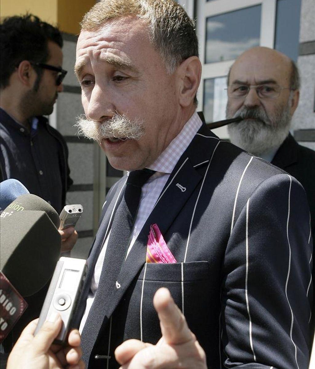 El abogado Marcos García Montes, representante de Belén García, madre de la niña Aitana, fallecida en 2009 en Tenerife al parecer por los golpes que recibió al caerse de un columpio, atiende a la prensa delante de los juzgados donde hoy comparecieron los forenses. EFE