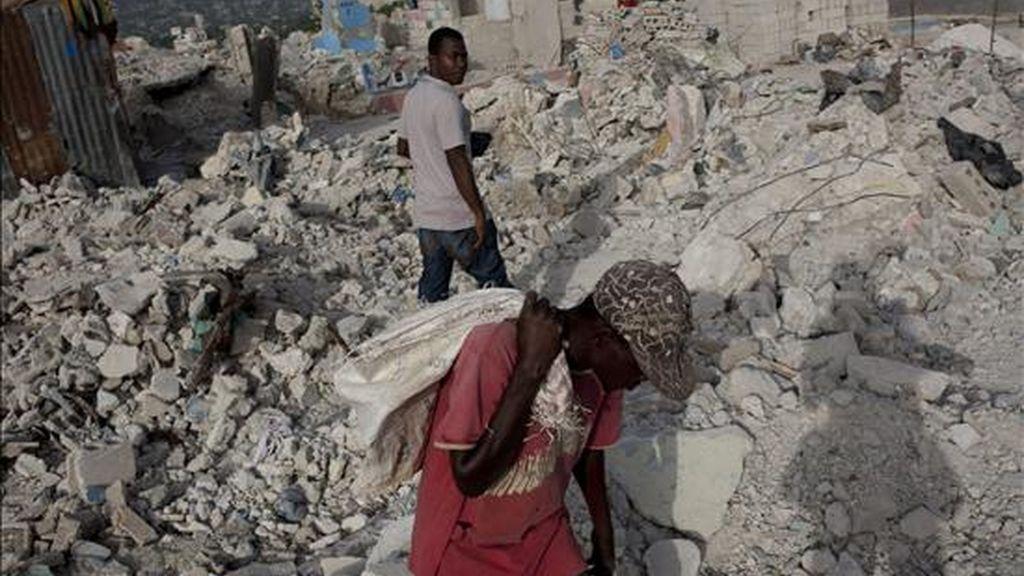 Imagen de este 3 de julio de un hombre buscando material para reciclar entre los escombros de las casas del barrio Fort National en Puerto Príncipe, Haití, días antes de que se cumplan seis meses del terremoto que el pasado 12 de enero. EFE/Archivo