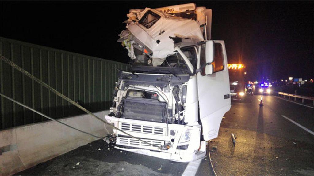 Una mujer fallecida y 10 heridos en el choque de un autobús y un camión