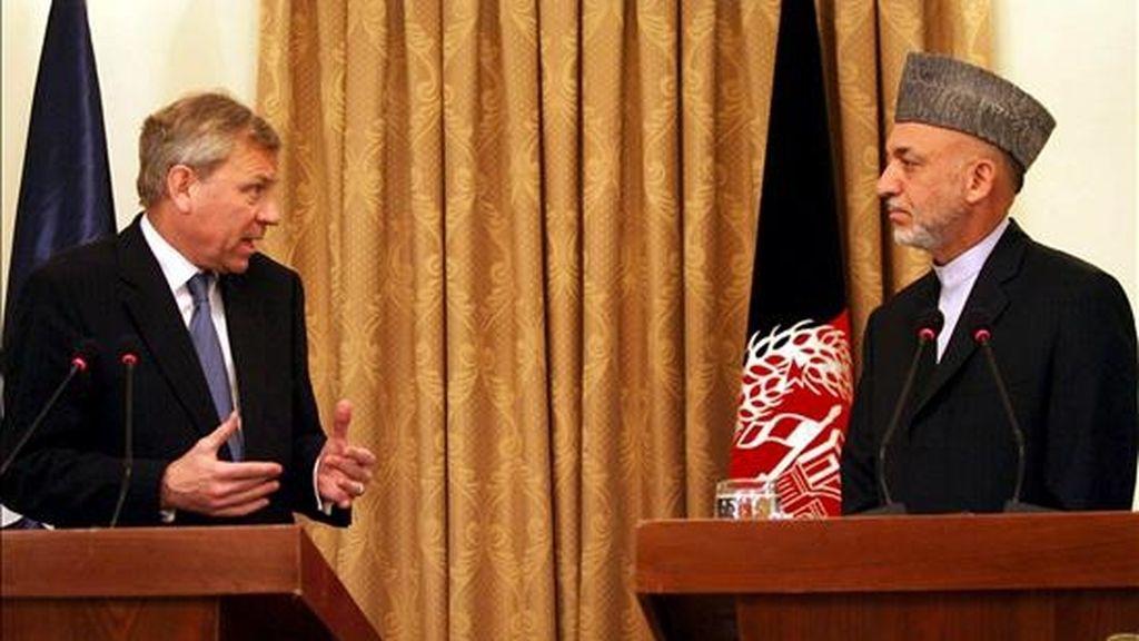 El secretario general de la OTAN, Jaap de Hoop Scheffer (izq.), y el presidente afgano, Hamid Karzai, durante la rueda de prensa ofrecida hoy en Kabul. EFE