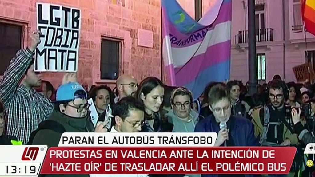 Protestas en Valencia ante la intención de 'Hazte Oír' de trasladar el polémico autobús
