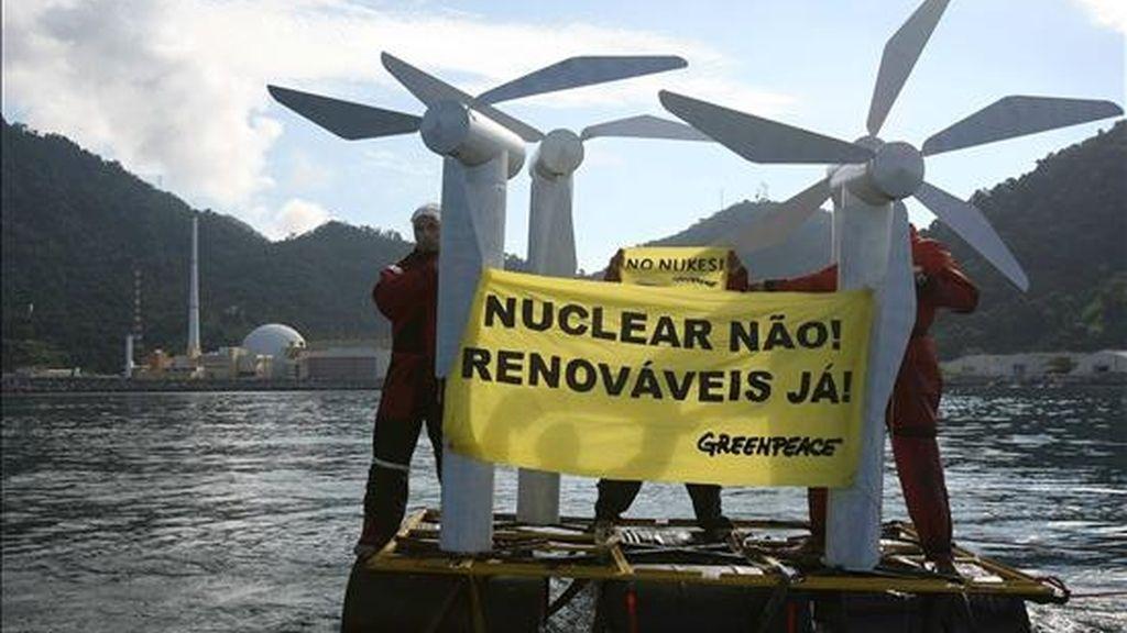 Greenpeace explicó que la manifestación pretende cuestionar las millonarias inversiones que Brasil está realizando para retomar su programa nuclear y los pocos recursos que el país destina a explotar su inmenso potencial eólico. EFE