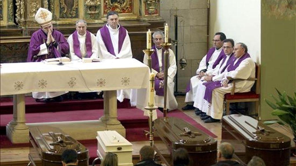 El obispo de Palencia, José Ignacio Munilla (i) oficia los funerales por los cuatro miembros de una misma familia fallecidos en Palencia al inhalar monóxido de carbono procedente de una caldera de gas, en una ceremonia celebrada en la parroquia de María Estela, en la capital palentina. EFE