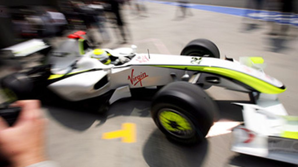 Button conduce su auto fuera del garaje hacia la pista. Foto: EFE.