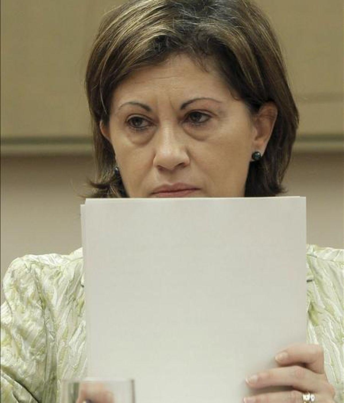 La ministra de Medio Ambiente Rural y Marino, Elena Espinosa, prepara sus documentos antes de iniciar hoy su comparecencia, en la comisión Mixta para la UE, para informar de los resultados de la presidencia española de la UE. EFE