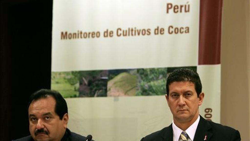 Imagen de este viernes del representante para Perú y Ecuador de la UNODC, Flavio Mirella (d), y el presidente ejecutivo de la estatal Comisión Nacional para el Desarrollo y Vida sin Drogas (Devida), Rómulo Pizarro. EFE
