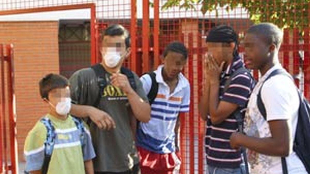 Varios jóvenes en la puerta del instituto Isaac Albéniz de Leganés, tras la recomendación dada por la Comunidad de Madrid a los padres para que sus hijos que se encuentren bien acudieran a clase. Foto: EFE