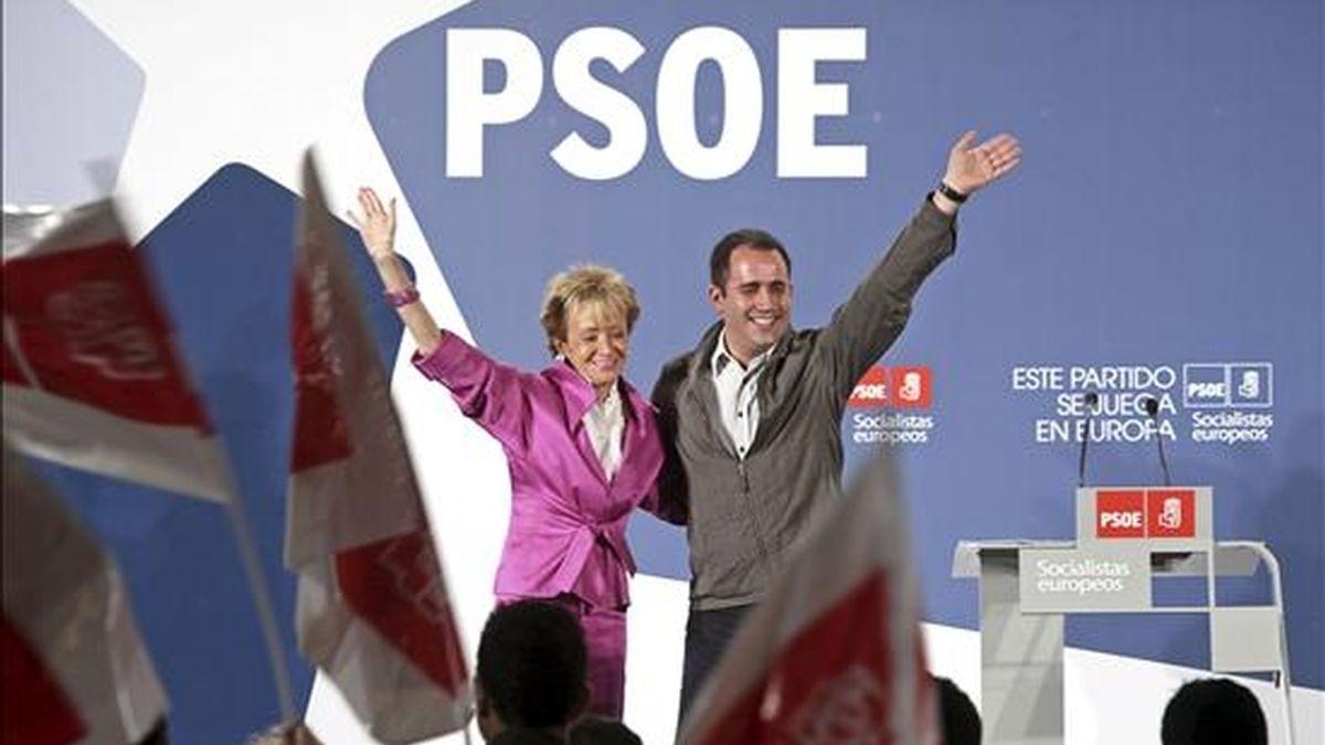 La vicepresidenta primera del Gobierno, María Teresa Fernández de la Vega, y el secretario general de los socialistas valencianos, Jorge Alarte, saludan a los militantes y simpatizantes que han acudido esta noche al acto de cierre de campaña que los socialistas han celebrado en Valencia. EFE