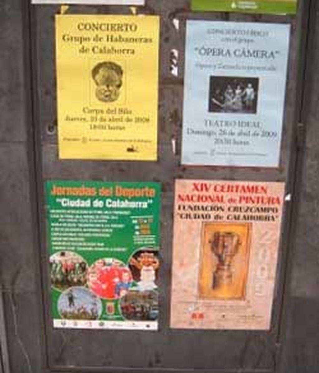 El PSOE local ha colgado en su página web imágenes de la localidad donde se ven carteles municipales en las calles. FOTO: http://psoecalahorra.blogspot.com/