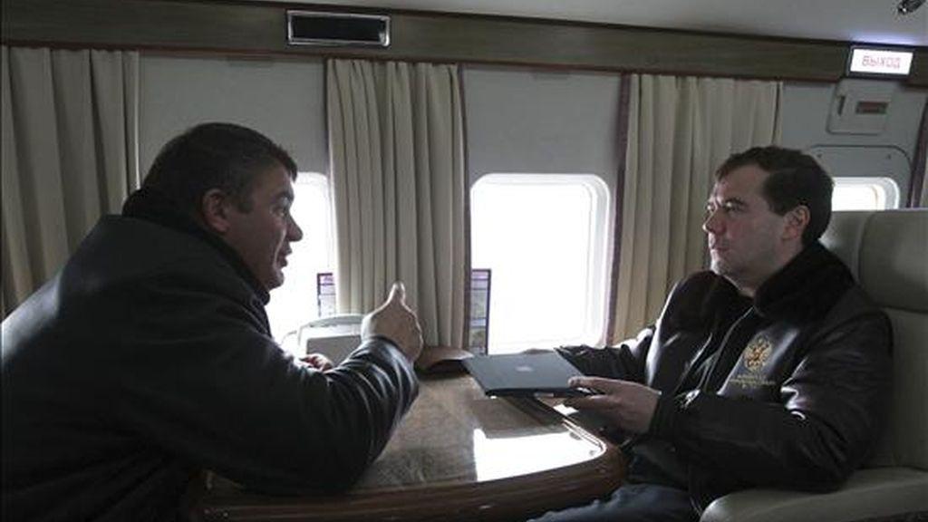 El presidente ruso Dmitry Medvedev (dcha) y el ministro de Defensa Anatoly Serdyukov (izda) vuelan en helicóptero de camino al campo militar en el centro de entrenamiento de Gorojovetsky en el distrito militar cerca de Nizhky Novgorod en Rusia hoy, jueves, 25 de noviembre de 2010. EFE/Ria Novosti