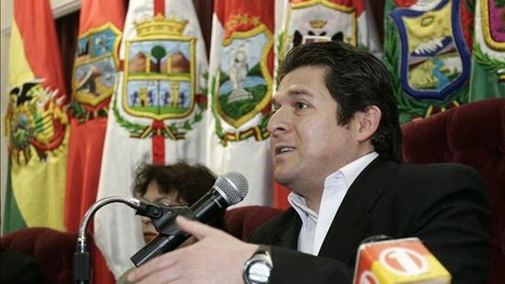 El presidente de la Corte Nacional Electoral, José Luis Exeni (d), cree que el éxito de las votaciones estará, no tanto en el trabajo técnico del órgano electoral, como en la capacidad de movilización de la población para inscribirse en un nuevo registro electoral. EFE/Archivo