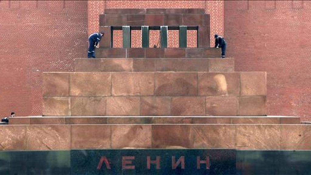 Dos trabajadores realizan algunas reparaciones al mausoleo de Lenin durante los preparativos para celebrar el 64 aniversario de la victoria de los aliados en la Segunda Guerra Mundial, en Moscú (Rusia) el próximo sábado. EFE