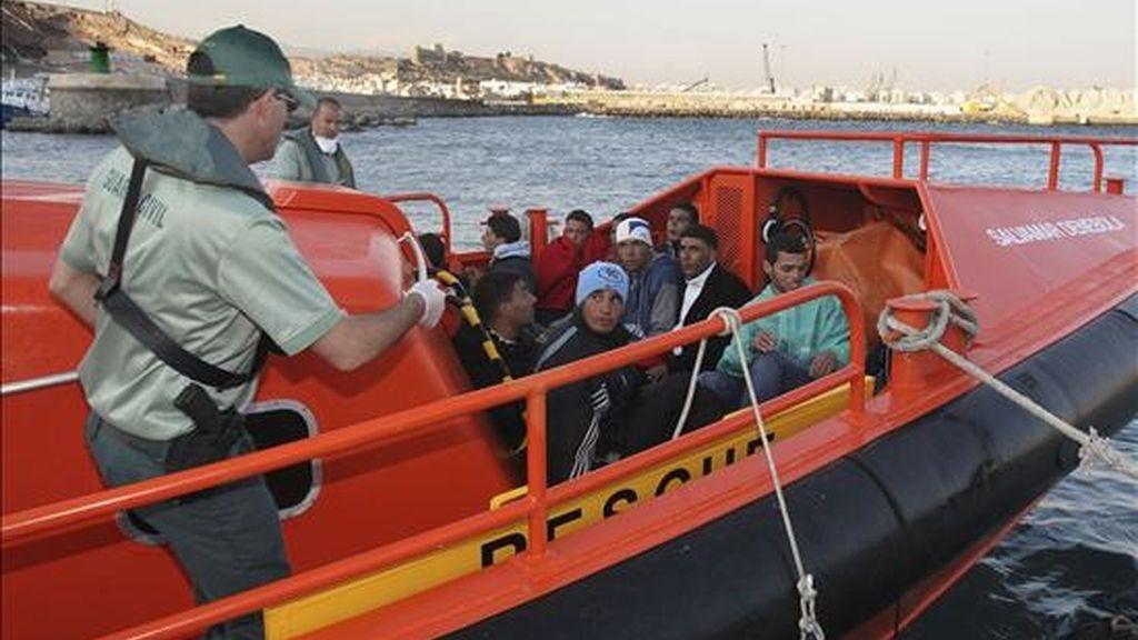 Llegada al puerto de Almeria de una patera con 11 inmigrantes el pasado mes de junio. EFE/Archivo