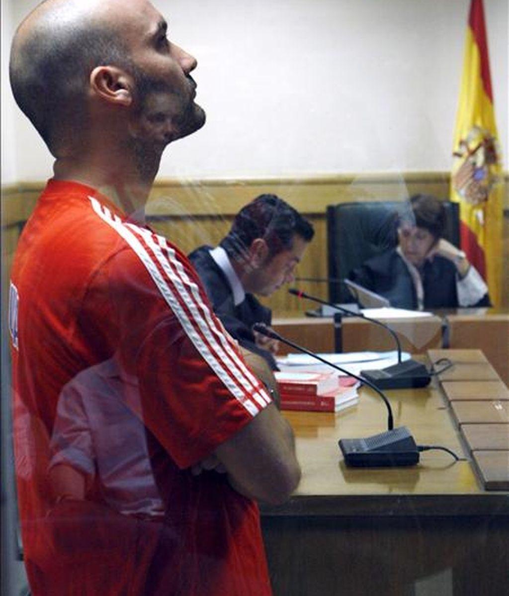 Aitor García Justo durante el juicio celebrado en julio de 2009 y al que compareció como acusado de incendiar varios cajeros automáticos y atacar una sede del PSOE en el barrio donostiarra de Alza. EFE