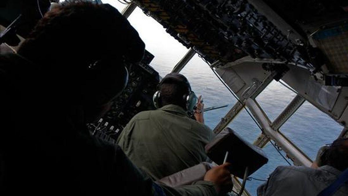 Fotografía cedida por el Ministerio de Defensa de Brasil en la que se observa el interior del avión militar utilizado en las operaciones de búsqueda del avión de Air France desaparecido en el océano Atlántico. EFE